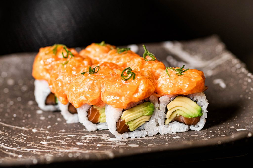 Salmon aguacate spicy roll